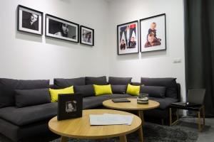 Une projection privée de vos portraits vous sera proposée dans ce salon .